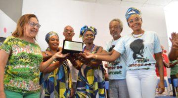 Familiares se emocionam durante homenagem de Lídice a Moa do Katendê