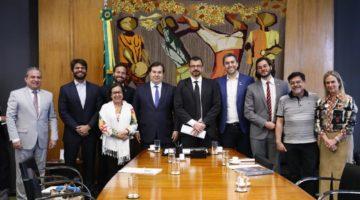 Rodrigo Maia recebe comissão de deputados para discutir crise no audiovisual